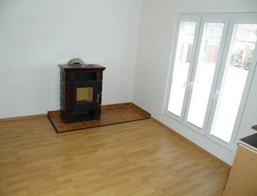 Domek 7×10 obývací pokoj s kamny